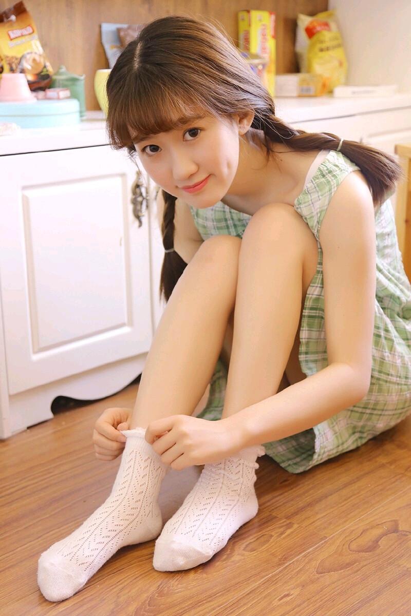 元气美女格子短裙性感迷人写真图片 第1张