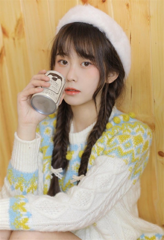 贝雷帽美眉韩式麻花辫私房写真