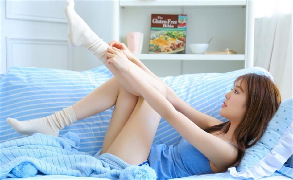 吊带美女运动短裤修长美腿私拍