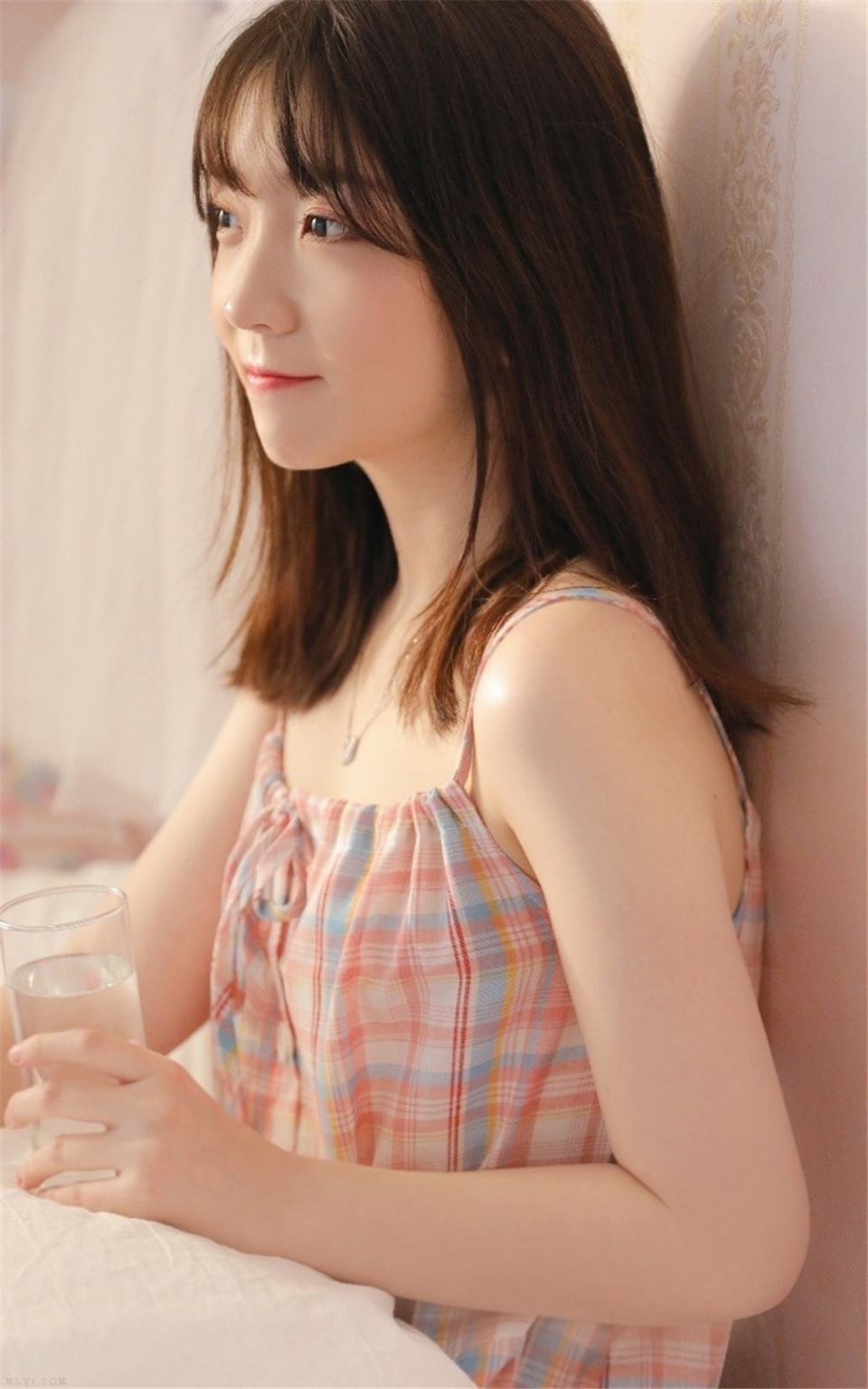 素颜美女吊带睡裙慵懒随性写真