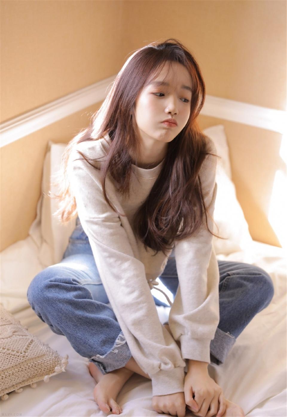 牛仔裤美女纤细小蛮腰床上写真