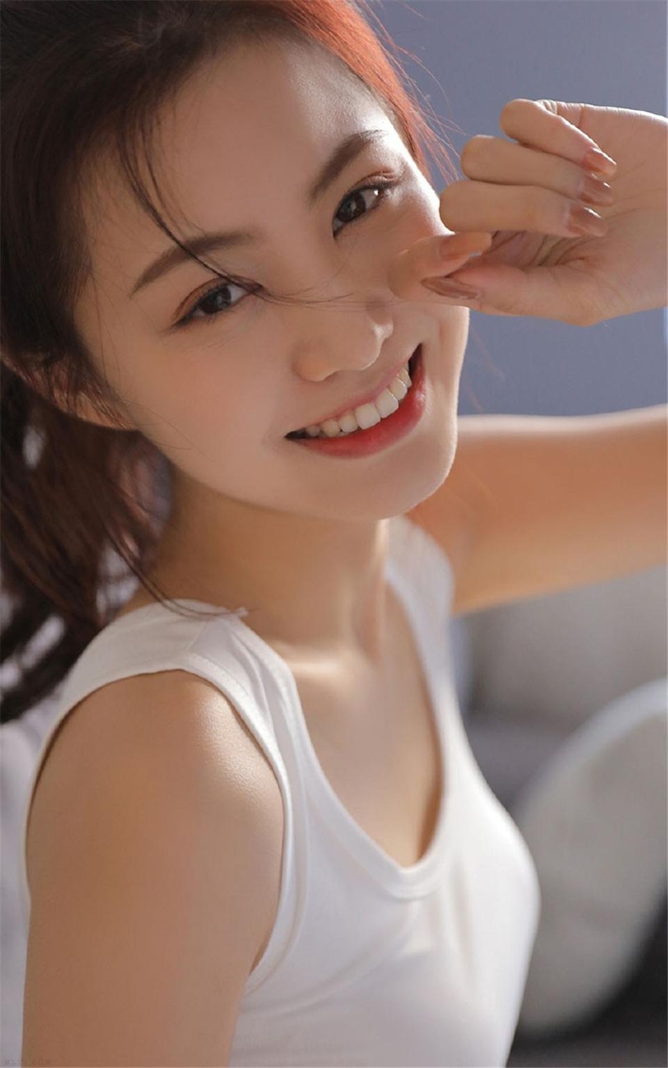 笑容甜美的长腿女孩粉嫩照片