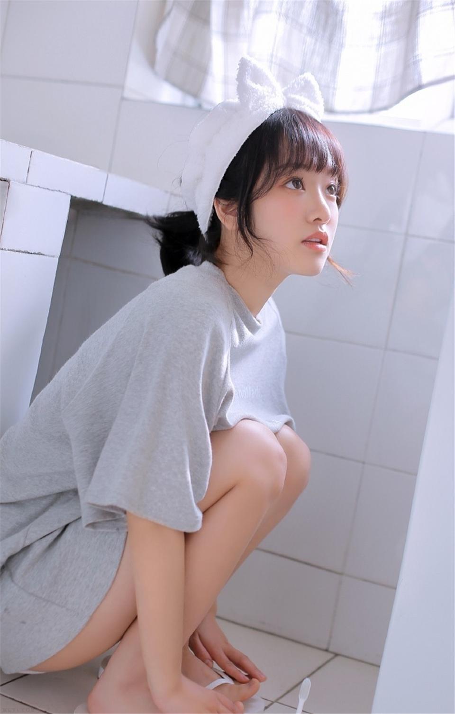 短发美少女卫生间调皮搞怪图片
