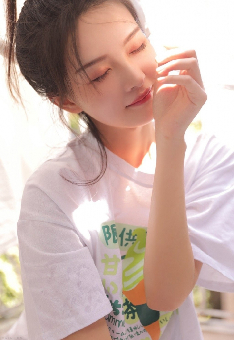 夏日清凉小美女细腰短裤俏皮写真集