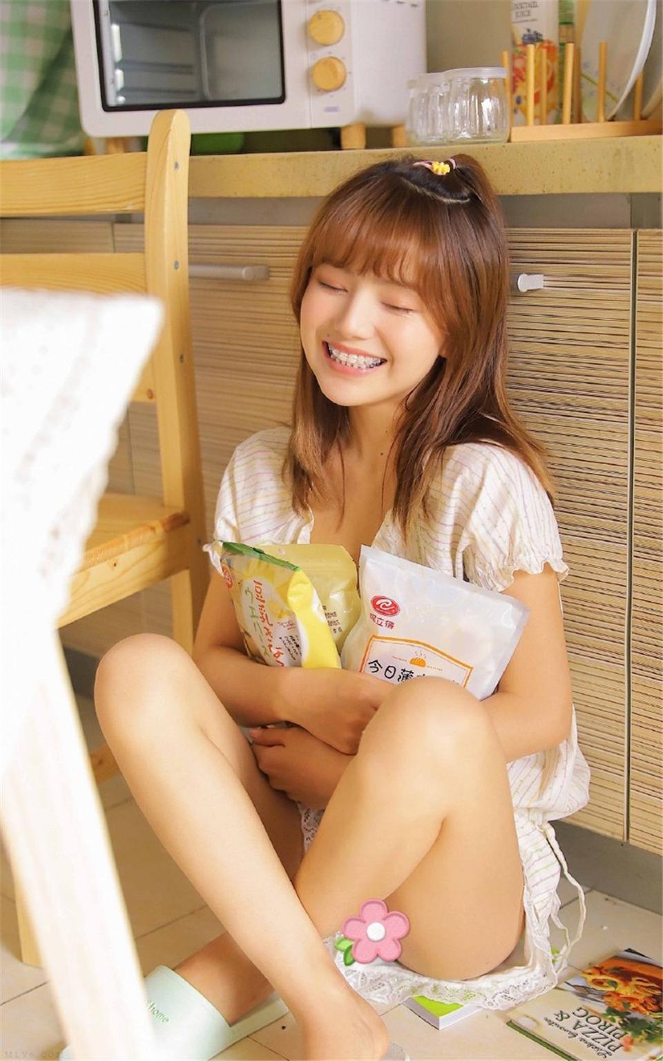 笑容甜美的女孩清纯漂亮艺术照