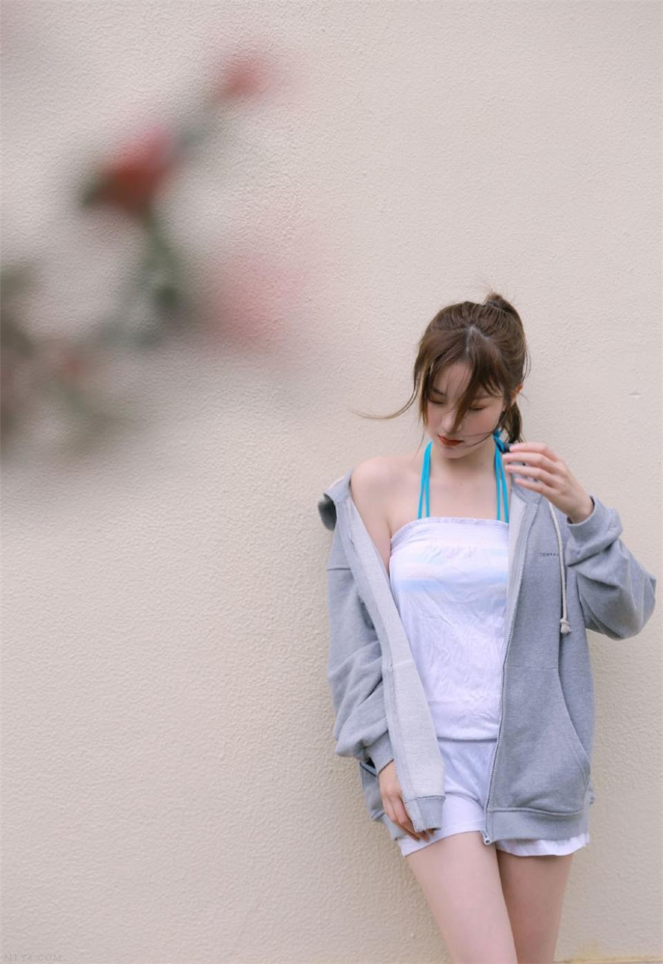 元气少女灰色卫衣长腿诱人写真