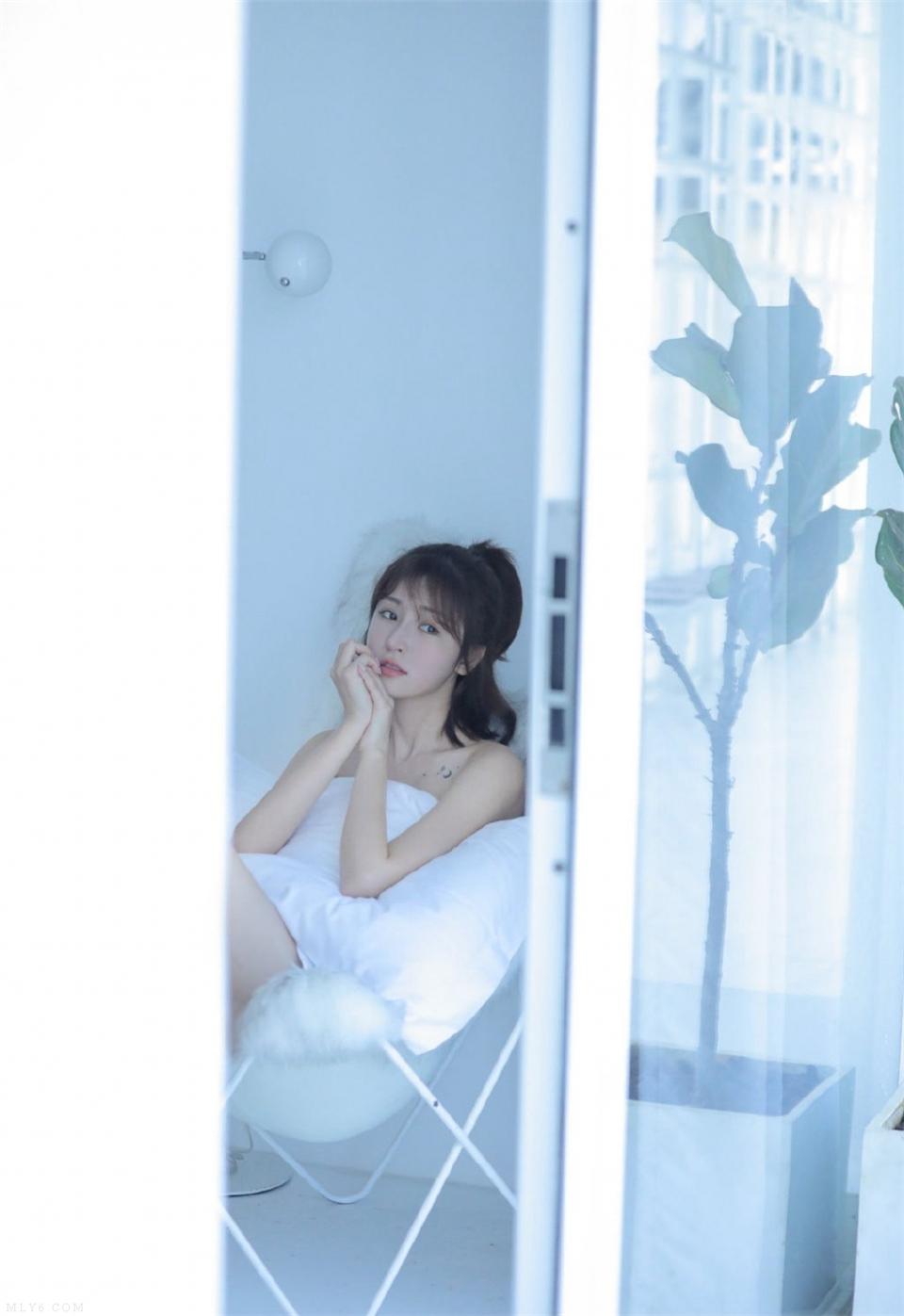 浴室少女娇软可欺肌肤光滑细嫩美女写真