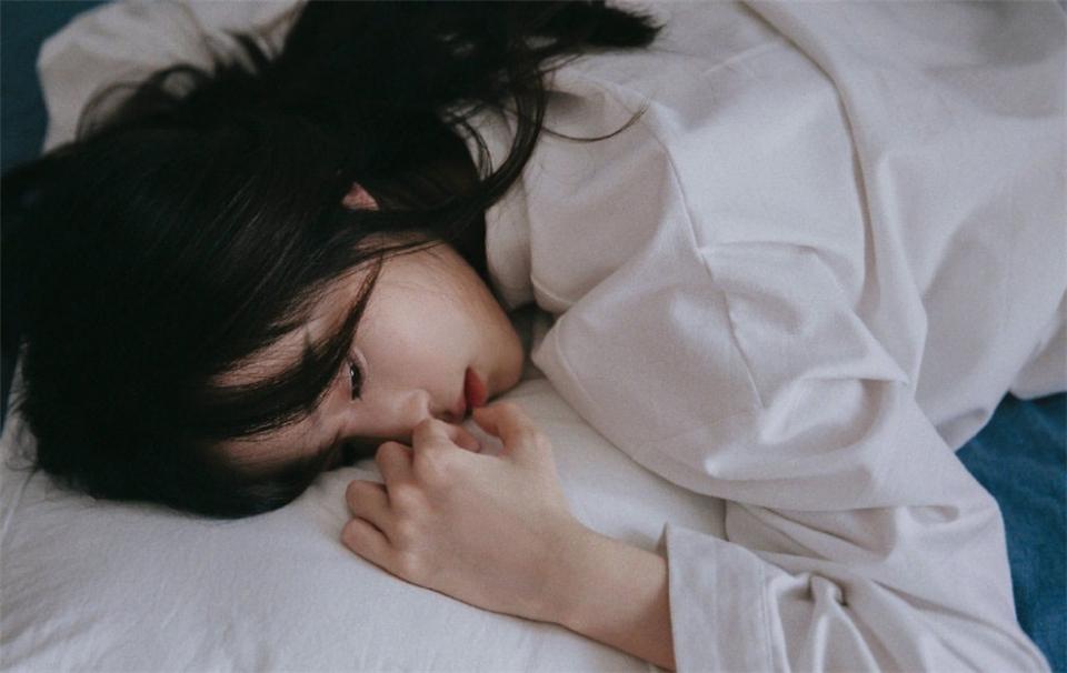 白衬衫美女气质慵懒床上养眼私房照