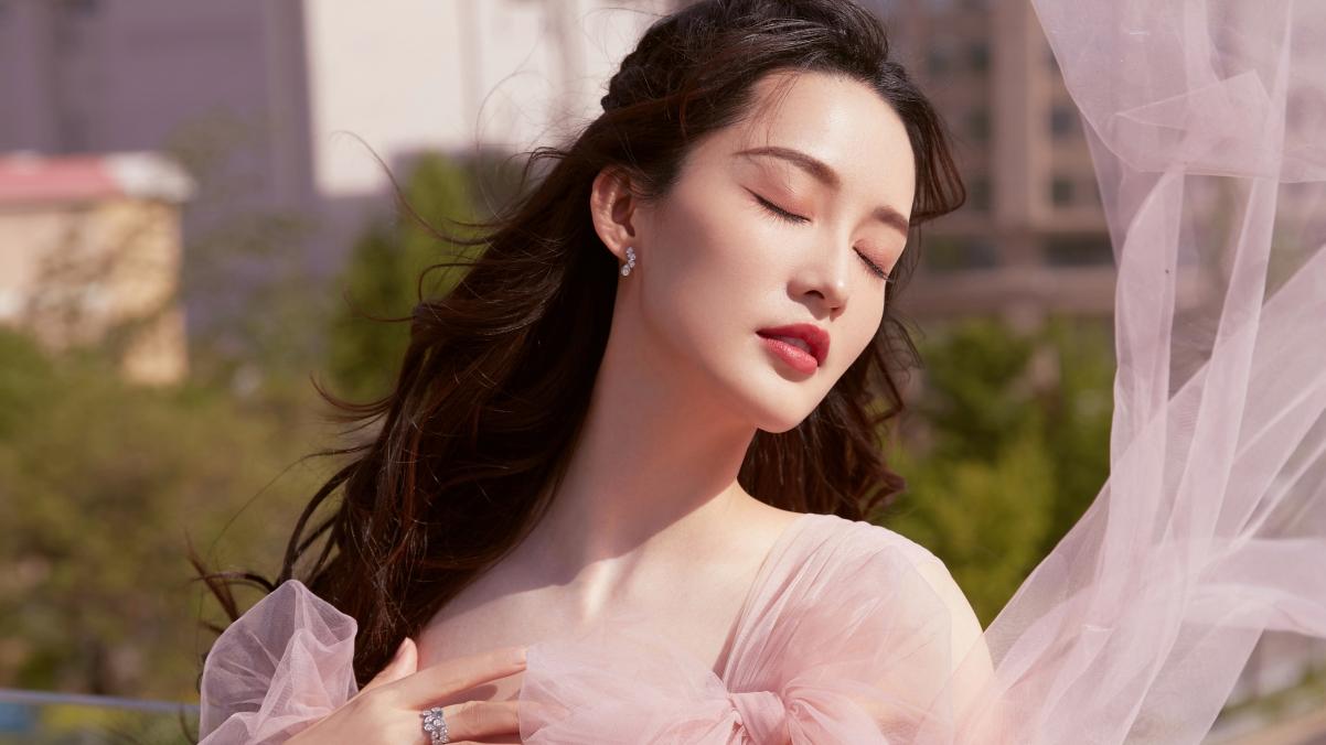李沁樱花公主裙 闭眼唯美照片4k美女壁纸