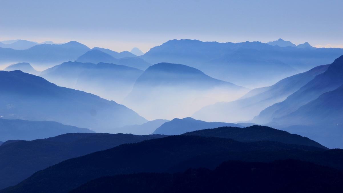 连绵起伏的山4K风景壁纸