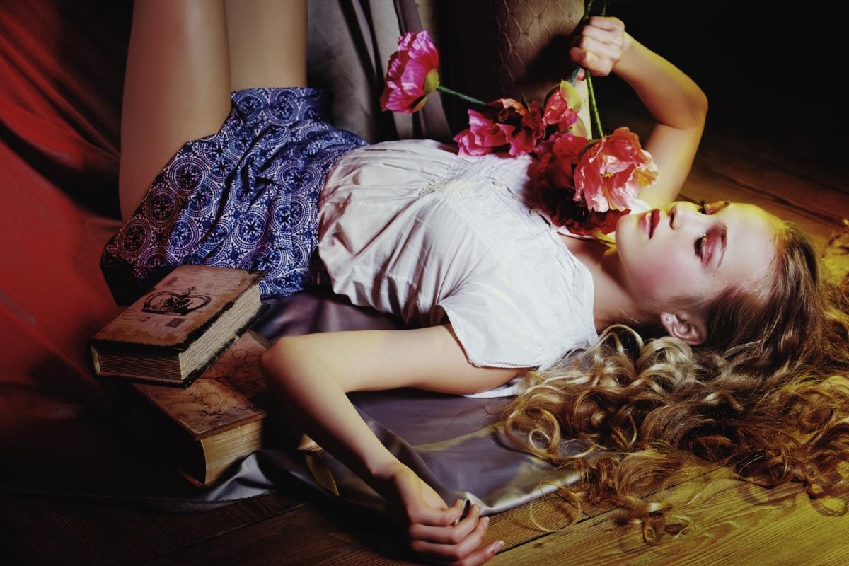 女孩卷发,闭眼,心情,书籍.鲜花.图片