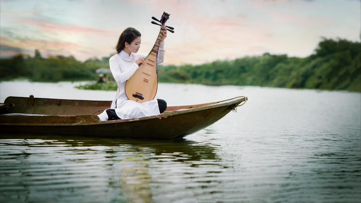 湖水 小船 女孩 琵琶 摄影图片