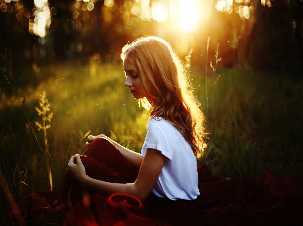早上,森林,草地,金发女孩,白色上衣,红色裙子,唯美图片