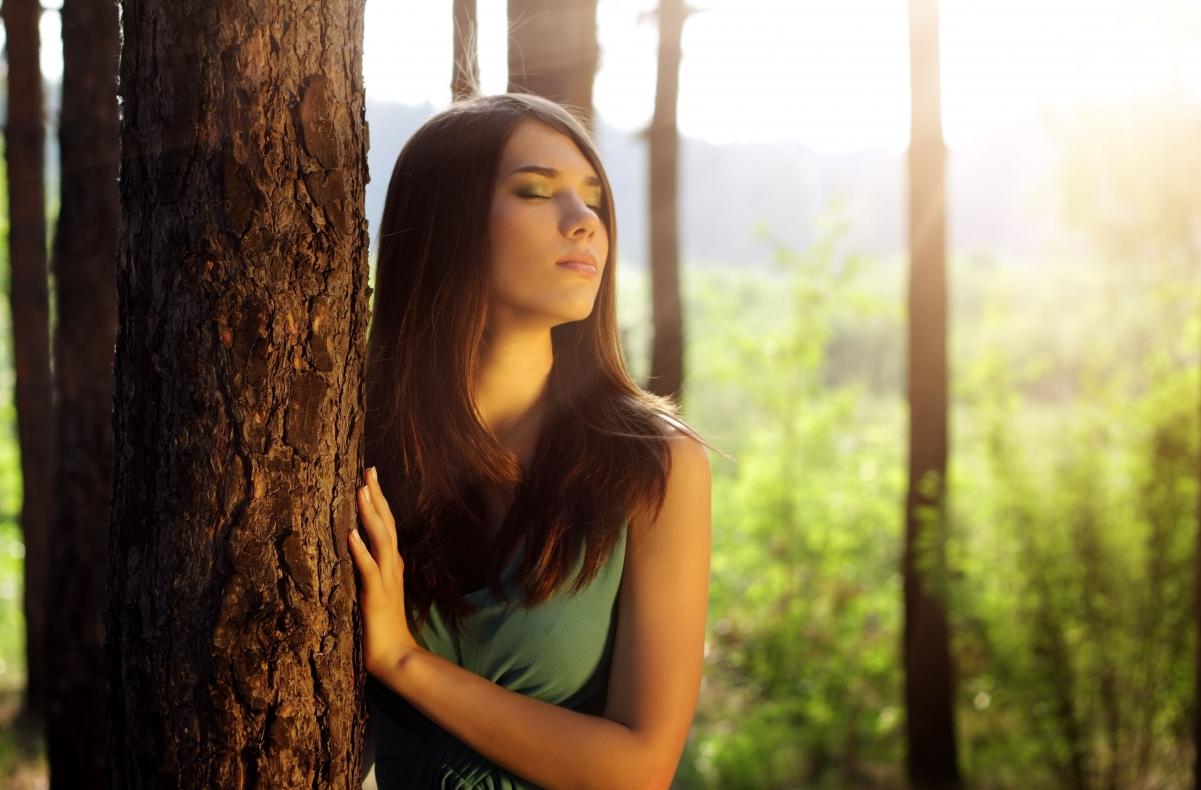 树林 长发女孩闭眼 摄影图片