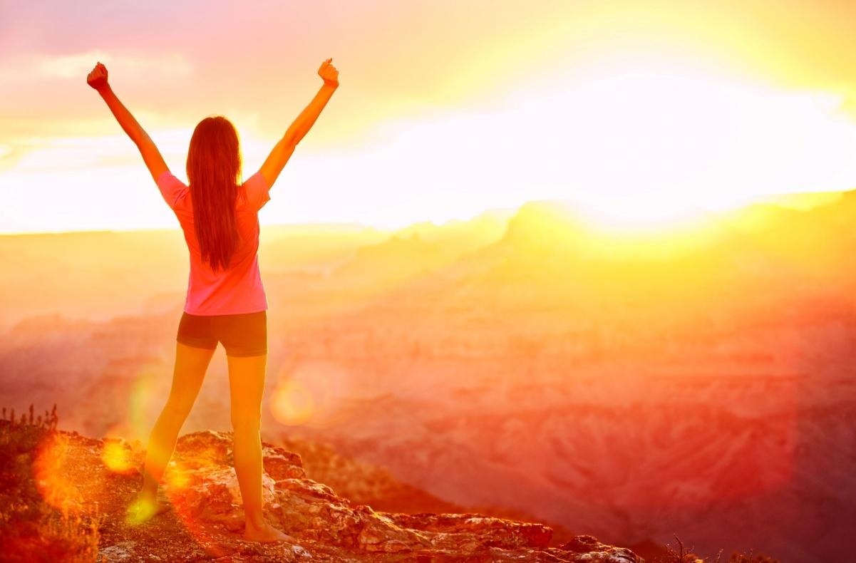 自由的女孩,背影,短裤,高举手,面朝太阳,唯美图片