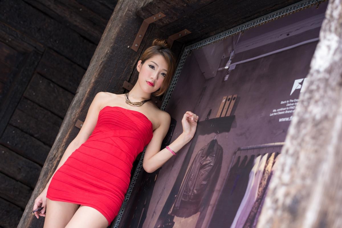 粉红色抹胸裙性感美女时尚写真图片