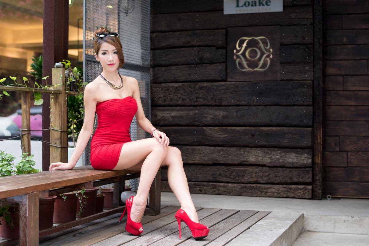 漂亮女孩,时尚发型,粉红色低胸无肩裙,高跟鞋,美女人物图片