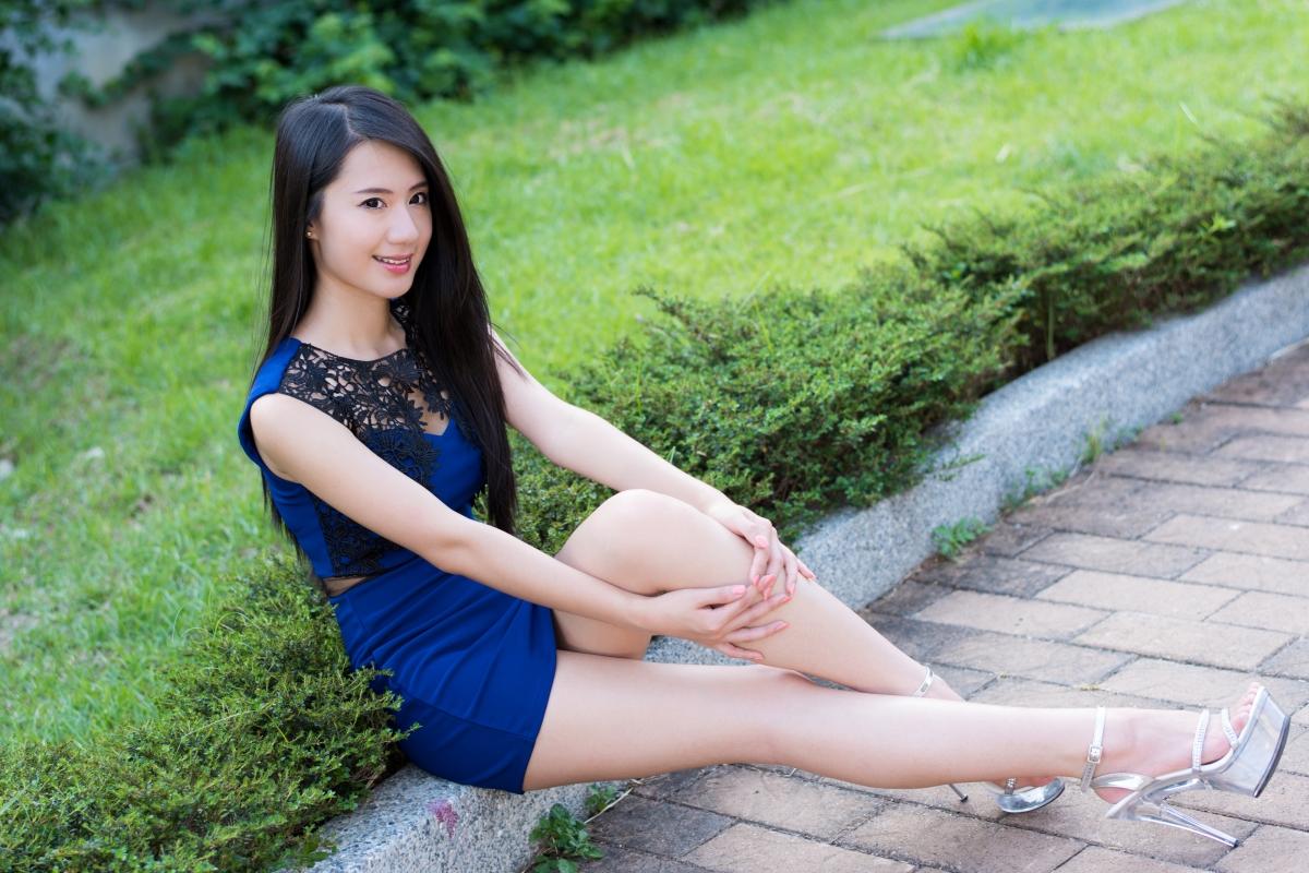 漂亮美女,脸,头发,腿,蓝色短裙,绿色植物花草,人物图片