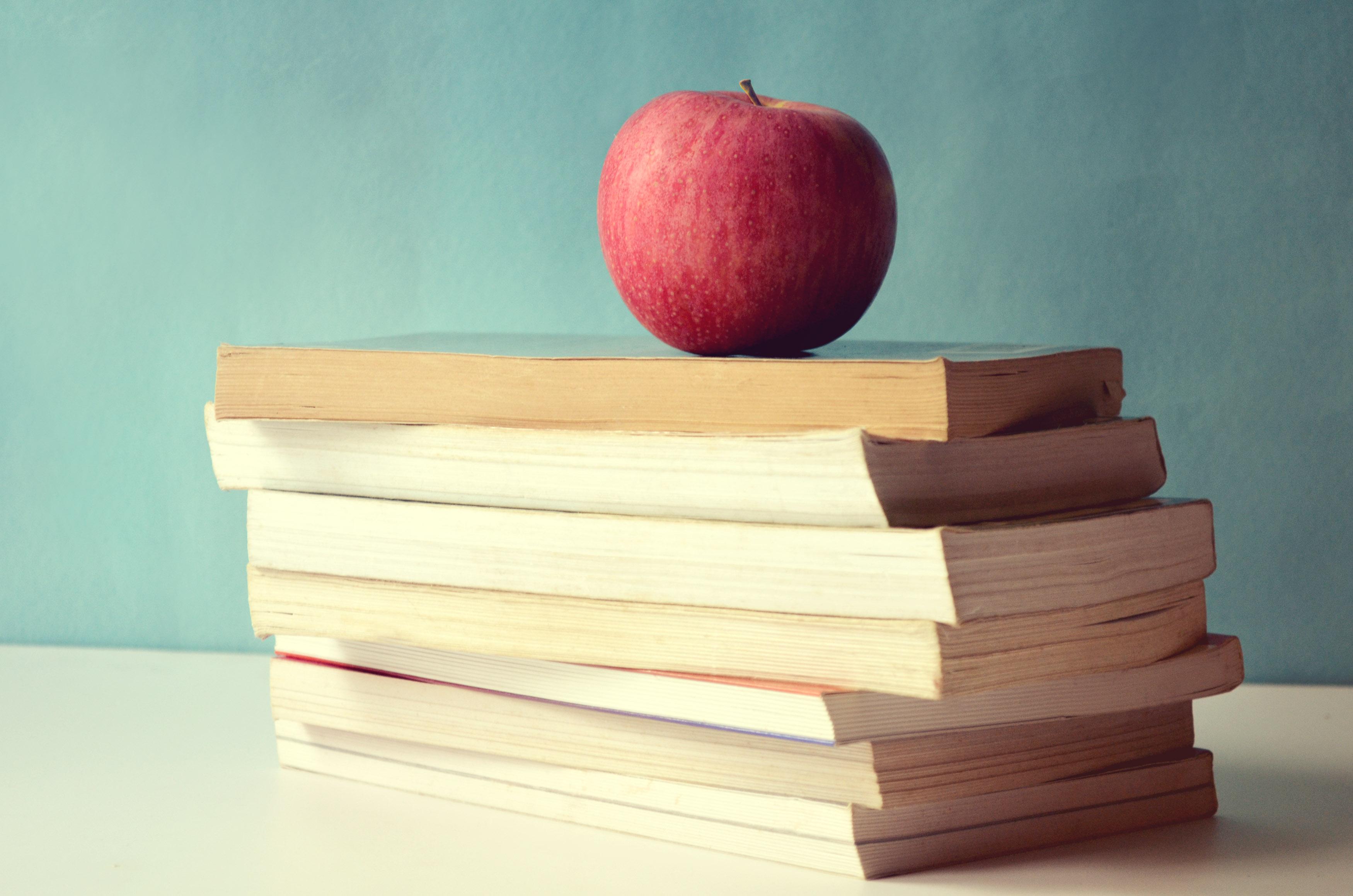 一堆红苹果的书