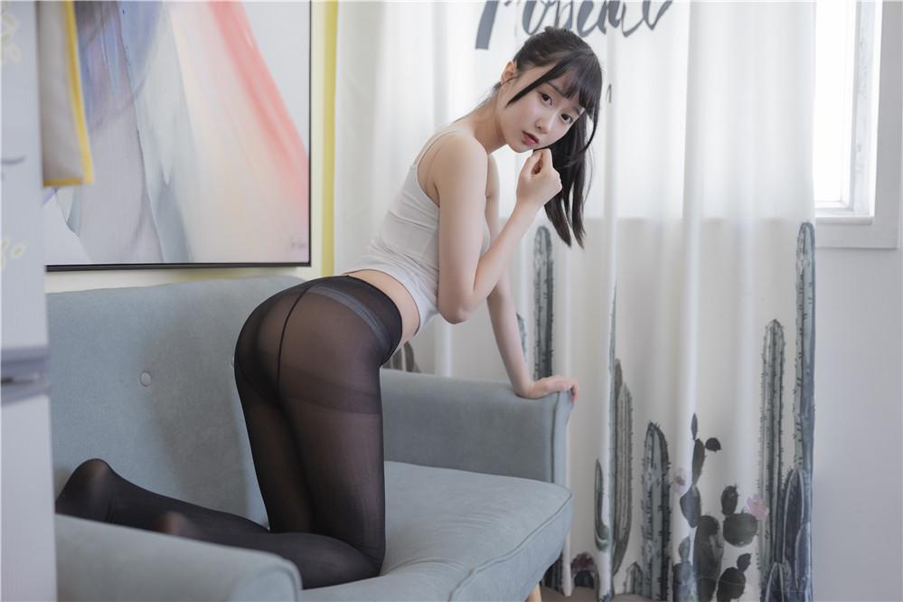 木绵绵OwO – NO.23 背心黑丝居家写真 [40P-260MB]